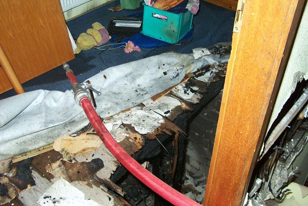 Der Holzfußboden musste geöffnet werden um alle Brandnester abzulöschen. Direkt unter diesem Loch ist der Brand entstanden