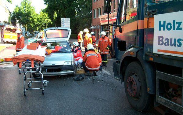 Person eingeklemmt nach Unfall mit Lkw