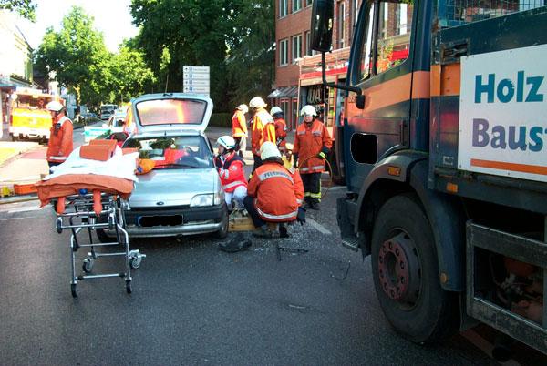 Die Feuerwehr bereitet die technische Rettung vor. Dafür wurde das Auto aufgebockt