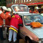 Notärztin und Rettungsassistenten versorgen die verunfallte Frau in ihrem Ford