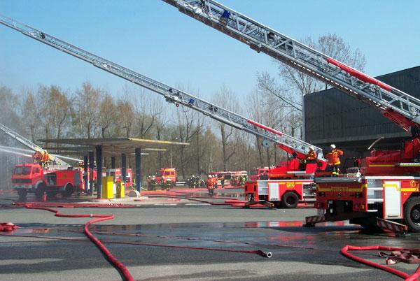 Mit insgesamt vier Drehleitern wurde das Feuer bekämpft