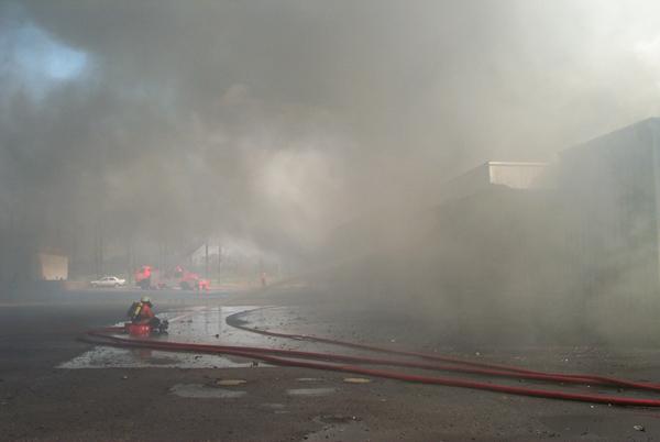 Aufgrund der extremen Rauchentwicklung konnte ein Löschangriff auf dieser Seite des Gebäudes nur unter schwerem Atemschutz durchgeführt werden