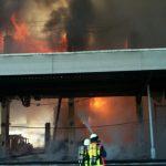 Die Hallenwand fiel dem Feuer innerhalb kürzester Zeit zum Opfer