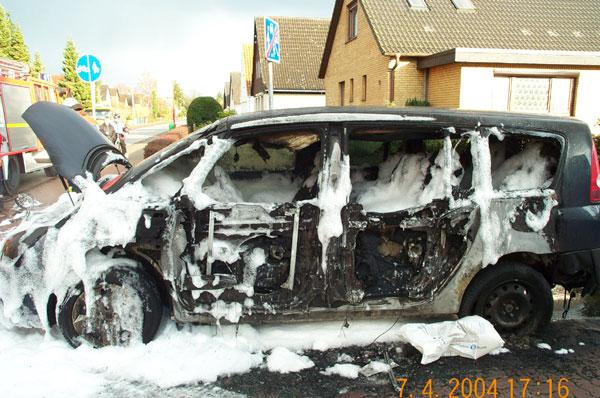 Die Türen des Renault haben dem Feuer nicht lange Stand gehalten
