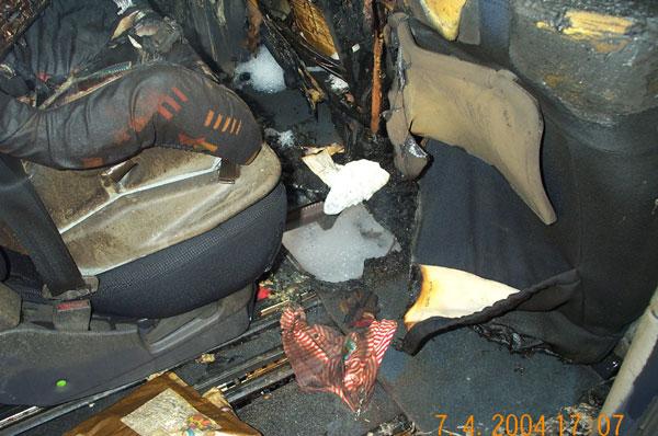 Der Boden des PKW ist durchgebrannt. In dem Loch in der Mitte sehen sie die Straße !!