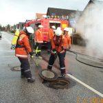 Um sicher zu gehen, dass kein Kraftstoff in die Kanalisation geflossen ist, wurden diese kontrolliert