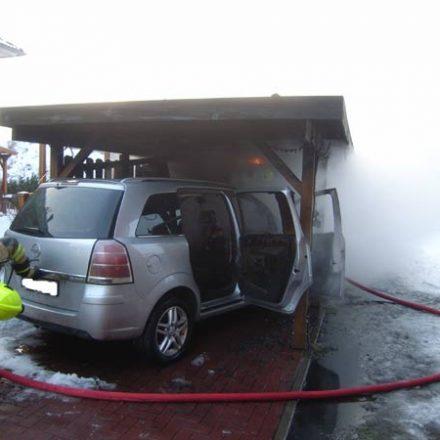 Das Feuer im PKW und Carport war schnell unter Kontrolle gebracht worden