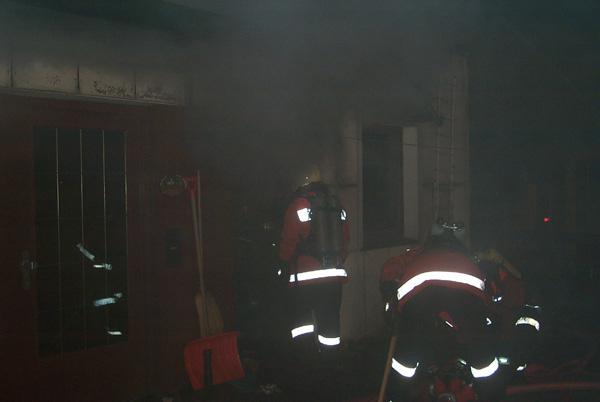 Der Löschangriff musste unter schwerem Atemschutz vorgetragen werden. Der dichte Rauch innerhalb des Raumes erschwerte die Orientierung und damit die Löscharbeiten
