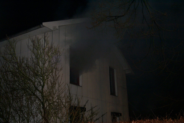 Der Brandrauch zog durch das ganze Haus und trat im ersten Obergeschoss aus dem Fenster aus, obwohl das Feuer auf den Technikraum begrenzt werden konnte