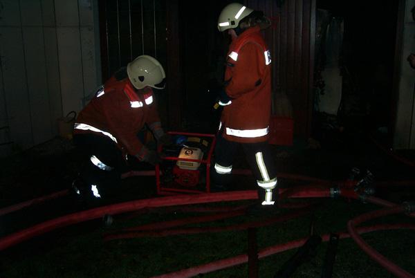 Der Brandrauch wurde nach Abschluss der Löscharbeiten mittels eines Hochdrucklüfters aus dem Gebäude gedrückt. Dadurch werden die betroffenen Räume innerhalb kürzester Zeit wieder begehbar