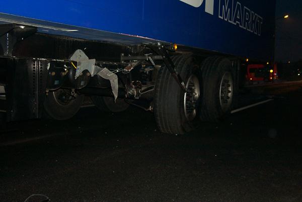 Der Fiat ist genau gegen die Reifen geprallt. Bei dem Aufschlag ist die Aufhängung des LKW-Anhängers gebrochen