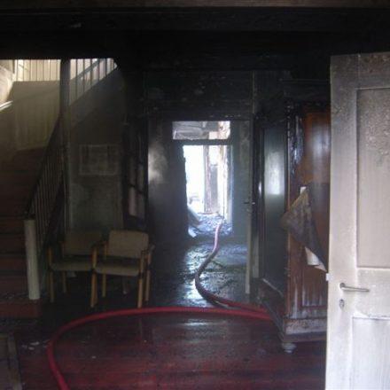 Blick von der Eingangstür in den hinteren Bereich zur Brandausbruchsstelle. Die Brandausbreitung konnte hier gestoppt werden
