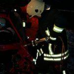 Mit einem hydraulischen Spreitzer wird die Tür entfernt, damit die Fahrerin aus Ihrer Situation befreit werden kann