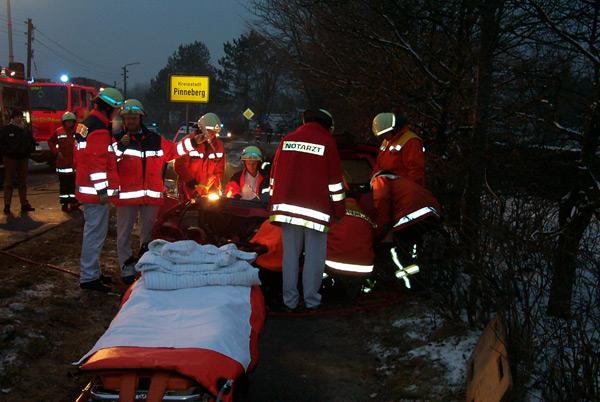 Die 19-jährige Schenefelderin wurde durch den Notarzt und Rettungssanitär versorgt