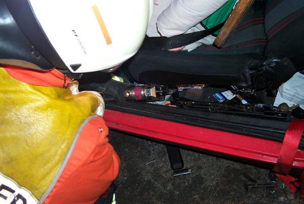 Mit dem Pedalschneider wird der Sitz von seiner Verankerung gelöst, damit dieser nach Hinten geschoben werden kann