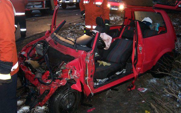Person eingeklemmt nach Unfall mit Pkw