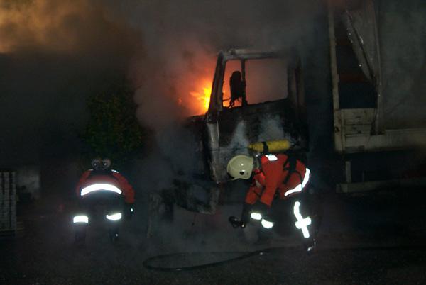 Auch nach Eintreffen der ersten Kräfte brennt der LKW