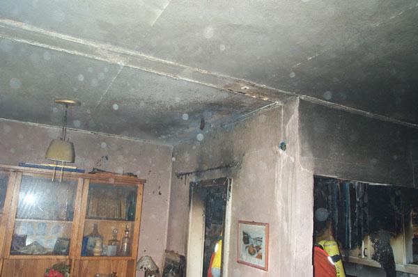 Das gesamte Zimmer wurde, durch das Feuer in der Küchennische, in Mitleidenschaft gezogen