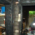 Durch die enorme Hitzeentwicklung ist der Putz von den Wänden geplatzt