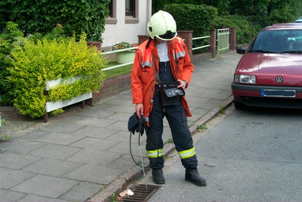 Mit einem Messgerät, welches die Sauerstoffkonzentration sowie das Vorhandensein eines explosiven Luft-Gas-Gemisches misst wurden die Siele und Keller kontrolliert. Dies wurde während des gesamten Einsatzes ständig wiederholt