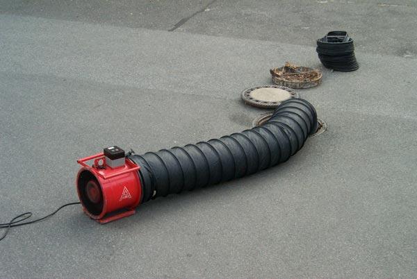 Das Belüftungsgerät kann in der Gefahrenzone betrieben werden, da es sich um ein ex-geschütztes Gerät handelt. Mit den Lutten wird die Luft in die Kanalisation geleitet