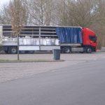 Der LKW mit den Big Bags mit dem durch Pestizide kontaminierten Abfall auf dem abgesperrten Parkplatz