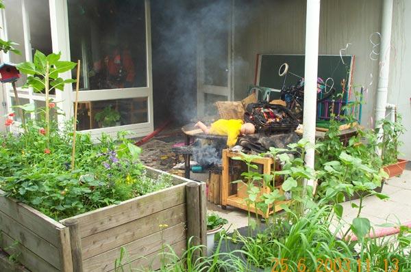 Zahlreiche Einrichtungsgegenstände und Spielzeug wurden vernichtet oder sind durch Einwirkung von Feuer und Wasser beschädigt