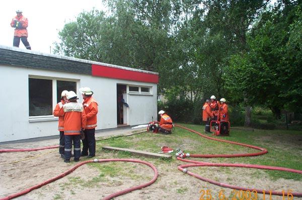 Mit Hochdrucklüftern wurde das Gebäude belüftet. Die gesundheitsschädlichen Brandgase werden damit aus dem Gebäude gedrückt