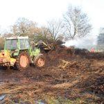 Mit dem Trecker wurden die ersten Versuche unternommen an die Brandnester heran zukommen, bis später Verstärkung eintraf