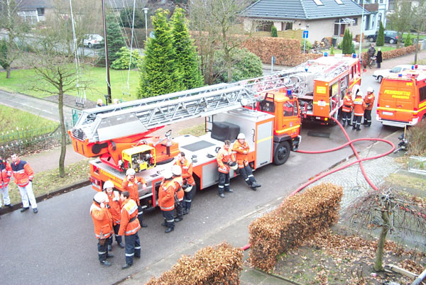 Kräfte der Feuerwehr Pinneberg und des Rettungsdienstes in Wartestellung während der Gebäudeüberprüfung nach Glutnestern
