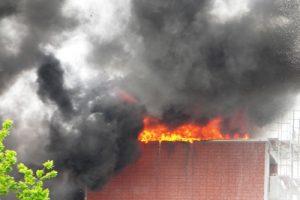 Das Feuer ist durch das Dach durchgebrochen