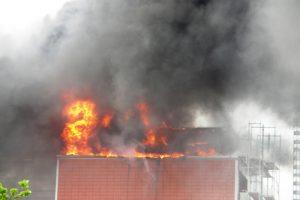 Das komplette Dach steht in Flammen, eine gewaltige schwarze Rauchwolke steht über Pinneberg