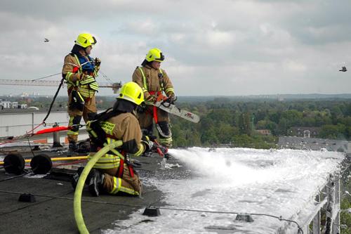 Alle Einsatzkräfte auf dem Dach wurden mittels Absturzsicherung gesichert und konnten so gefahrlos an der Dachkante arbeiten