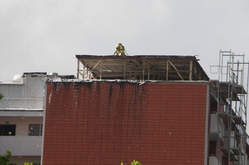 Die Seitenverkleidung des Dachgeschosses ist verbrannt oder entfernt worden