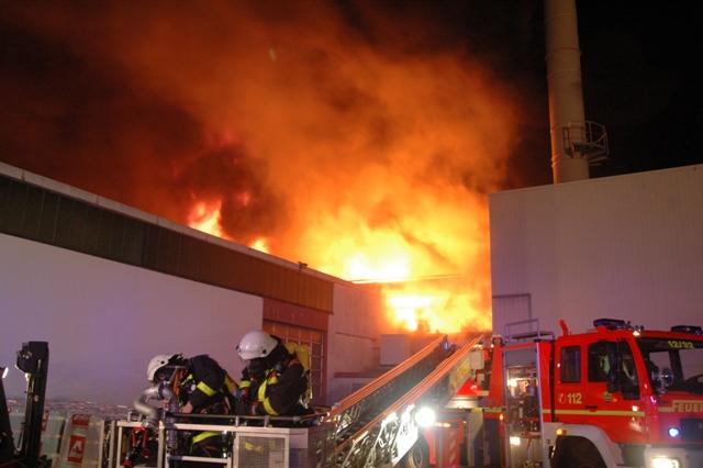 Das Feuer auf der Ostseite. Links ist die Lagerhalle zu sehen, welche letztlich gehalten werden konnte