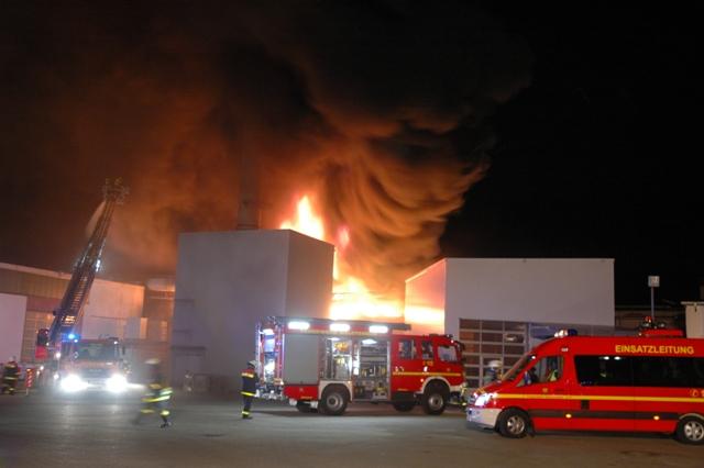 Die Halstenbeker Drehleiter ist zum Schutz der Lagerhalle links sowie zur Brandbekämpfung eingesetzt