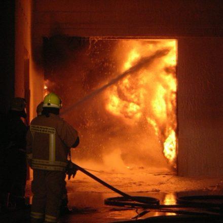 Brandbekämpfung aus der Lagerhalle in die Produktionshalle