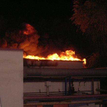 Das Feuer ist großflächig durchs Dach gebrannt