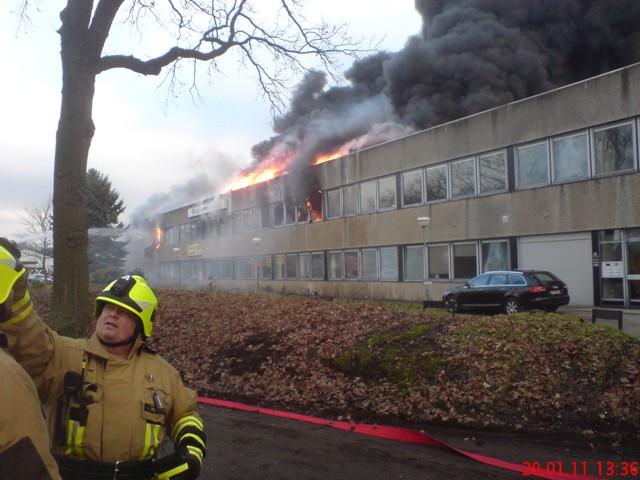 brennt Gewerbehalle