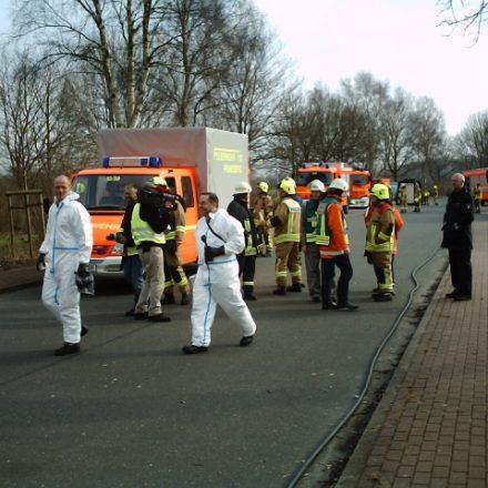 Die Kameraden in den weißen Schutzanzügen werden den LKW zu der Sondermüllverbrennungsanlage in Brunsbüttel fahren