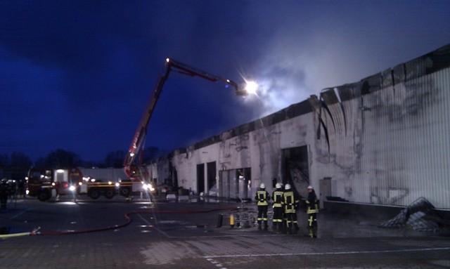 Brandbekämpfung mit Hilfe des Teleskopmastfahrzeuges der Berufsfeuerwehr Hamburg