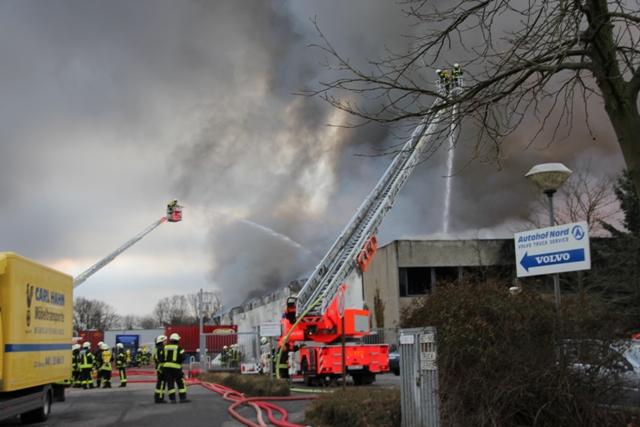 Brandbekämpfung mit zwei Drehleitern