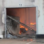 Feuer in der größtenteils eingestürzten Halle
