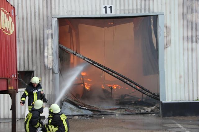 Die Halle konnte zur Brandbekämpfung nicht betreten werden