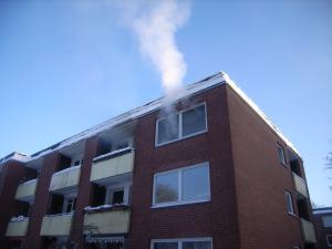 Rauchentwicklung aus dem Fenster im 2.OG