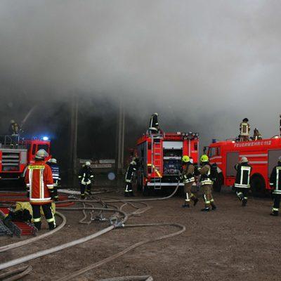 Am Anfang wurde versucht mit den TLF das Feuer zu bekämpfen. Durch sehr mangelhafte Löschwasserversorgung gelang dies aber nicht.