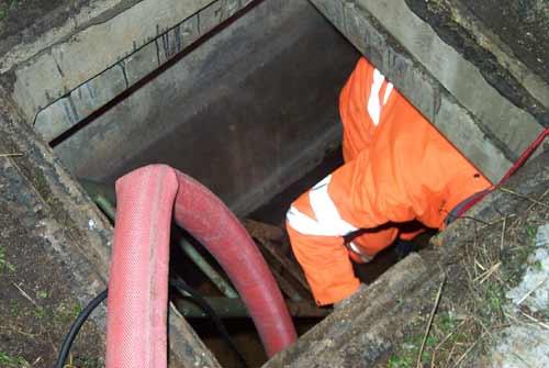 Ein Mitarbeiter der Bahn begutachtet die Schadenslage im entwässerten und belüfteten Schacht