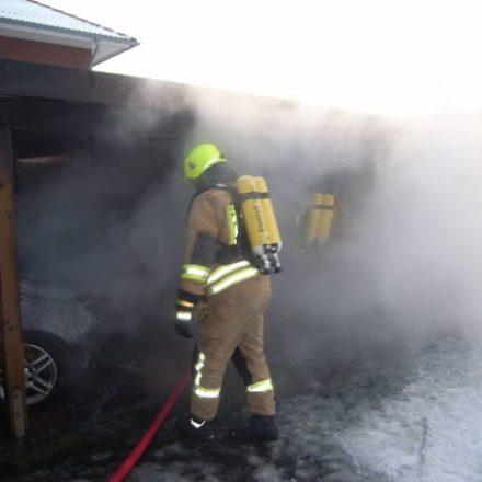 Brandbekämpfung im Carport-Anbau