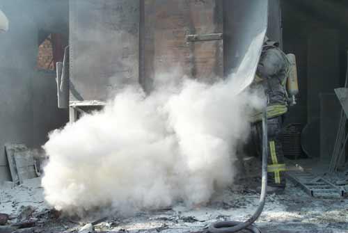 Mit der Pulverlöschanlage des TroTLF16 wurde die Brandbekämpfung begonnen