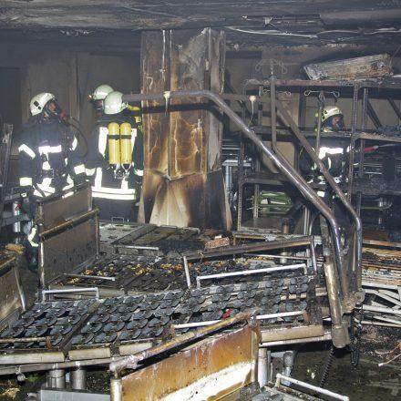 Blick in das ausgebrannte Bettenlager